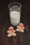 δύο μπισκότα και ένα ποτήρι του γάλακτος Στοκ Εικόνα