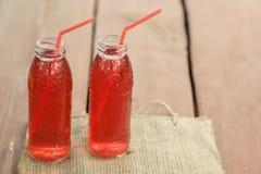 Δύο μπουκάλια μαγειρευμένων των κρύο φρούτων από τα ανάμεικτα μούρα Στοκ εικόνα με δικαίωμα ελεύθερης χρήσης