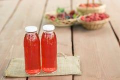 Δύο μπουκάλια μαγειρευμένων των κρύο φρούτων από τα ανάμεικτα μούρα Στοκ φωτογραφία με δικαίωμα ελεύθερης χρήσης