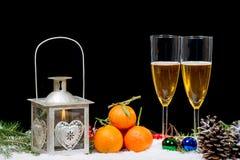 Δύο ποτήρια της σαμπάνιας με το ντεκόρ Χριστουγέννων Στοκ Φωτογραφία