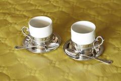 δύο φλιτζάνια του καφέ σε δύο materials_2 Στοκ Φωτογραφία