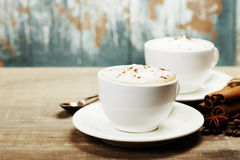 Δύο φλιτζάνια του καφέ στον πίνακα Στοκ Εικόνες