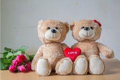 δύο teddy αντέχουν με την καρδιά Στοκ Φωτογραφία