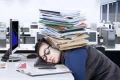 Ύπνοι επιχειρηματιών στο γραφείο με τα έγγραφα Στοκ Εικόνες