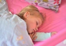 Ύπνοι μικρών κοριτσιών γλυκά στο παχνί στοκ φωτογραφία με δικαίωμα ελεύθερης χρήσης