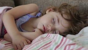 Ύπνοι μωρών στο κρεβάτι απόθεμα βίντεο