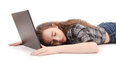 Ύπνοι νέων κοριτσιών στο lap-top Στοκ εικόνα με δικαίωμα ελεύθερης χρήσης