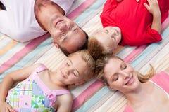 ύπνος αγάπης οικογενει&alp Στοκ φωτογραφία με δικαίωμα ελεύθερης χρήσης