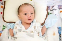 Ύπνος αγοράκι στο κρεβάτι ορμόνη αύξησης και ύπνος στο νήπιο χαριτωμένο αγοράκι κοιμισμένο ομορφιά και μόδα του μωρού στοκ εικόνες με δικαίωμα ελεύθερης χρήσης