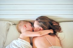 Ύπνος αγοριών μικρών παιδιών στο μαξιλάρι με τη μητέρα στοκ φωτογραφίες με δικαίωμα ελεύθερης χρήσης