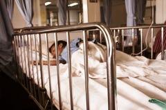 Ύπνος αγοριών στο κρεβάτι, άρρωστοι μικρών παιδιών στο νοσοκομείο Στοκ φωτογραφία με δικαίωμα ελεύθερης χρήσης