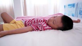 Ύπνος αγοριών στο κρεβάτι φιλμ μικρού μήκους