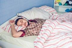 Ύπνος ατόμων που γυρίζει το κεφάλι του σε μια πλευρά Στοκ Εικόνες