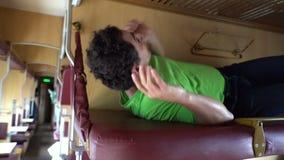Ύπνος ατόμων σε ένα τραίνο Κουρασμένος ύπνος σπουδαστών εργαζομένων μετά από την εργασία, σκληρή ημέρα, ασθένεια, κούραση, κούρασ απόθεμα βίντεο