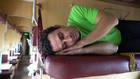 Ύπνος ατόμων σε ένα τραίνο Κουρασμένος ύπνος σπουδαστών εργαζομένων μετά από την εργασία, σκληρή ημέρα, ασθένεια, κούραση, κούρασ φιλμ μικρού μήκους