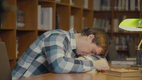 Ύπνος ατόμων στο βιβλίο απόθεμα βίντεο