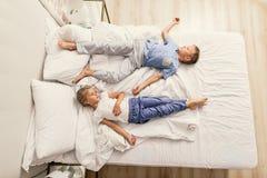 Ύπνος αδελφών και αδελφών στο σπίτι Στοκ φωτογραφία με δικαίωμα ελεύθερης χρήσης
