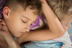 Ύπνος αδελφών δύο αγοριών στο ίδιο κρεβάτι Στοκ φωτογραφία με δικαίωμα ελεύθερης χρήσης
