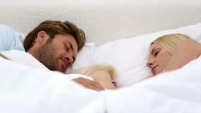 Ύπνος γονέων και κορών από κοινού απόθεμα βίντεο