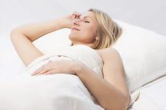 Ύπνος γυναικών με ένα συμπαθητικό χαμόγελο στοκ εικόνες