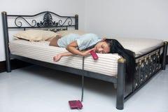 Ύπνος γυναικών με το τηλέφωνο Στοκ εικόνα με δικαίωμα ελεύθερης χρήσης