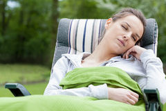 Ύπνος γυναικών σε έναν κήπο στοκ φωτογραφίες με δικαίωμα ελεύθερης χρήσης