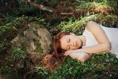Ύπνος γυναικών στο δάσος στοκ φωτογραφία με δικαίωμα ελεύθερης χρήσης