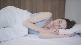 Ύπνος γυναικών στο στρώμα φιλμ μικρού μήκους