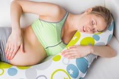 Ύπνος εγκύων γυναικών στο μαξιλάρι Στοκ Εικόνες