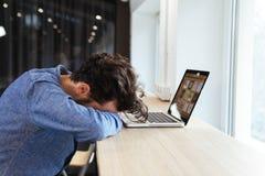 Ύπνος επιχειρηματιών στον πίνακα με το φορητό προσωπικό υπολογιστή Στοκ εικόνες με δικαίωμα ελεύθερης χρήσης