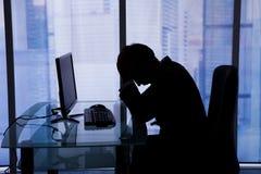 Ύπνος επιχειρηματιών στο γραφείο υπολογιστών στην αρχή Στοκ Φωτογραφία
