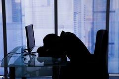 Ύπνος επιχειρηματιών στο γραφείο υπολογιστών στην αρχή Στοκ φωτογραφίες με δικαίωμα ελεύθερης χρήσης