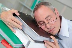 Ύπνος επιχειρησιακών ατόμων στη γραφική εργασία στην αρχή Στοκ φωτογραφία με δικαίωμα ελεύθερης χρήσης