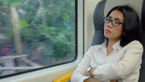 Ύπνος επιχειρησιακών γυναικών στο τραίνο αερολιμένων απόθεμα βίντεο