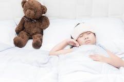 Ύπνος και άρρωστοι κοριτσιών παιδιών στο κρεβάτι με το πιό δροσερό χαρτομάνδηλο Στοκ φωτογραφία με δικαίωμα ελεύθερης χρήσης