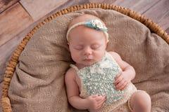 Ύπνος κοριτσάκι σε ένα ψάθινο καλάθι στοκ εικόνες