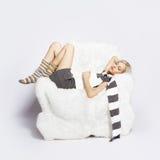 ύπνος κοριτσιών εδρών βραχ&i στοκ εικόνα με δικαίωμα ελεύθερης χρήσης