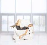Ύπνος κοριτσιών στην πολυθρόνα Στοκ Εικόνες