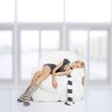 Ύπνος κοριτσιών στην πολυθρόνα στοκ εικόνα