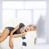 Ύπνος κοριτσιών στην πολυθρόνα Στοκ Φωτογραφίες