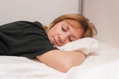 Ύπνος κοριτσιών στο κρεβάτι Στοκ Φωτογραφία