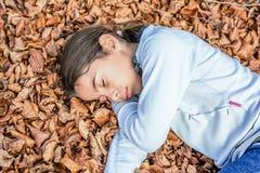 Ύπνος μικρών κοριτσιών στο κρεβάτι των laves στο εθνικό πάρκο Biogra στοκ εικόνες