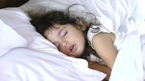 Ύπνος μικρών κοριτσιών στο κρεβάτι απόθεμα βίντεο