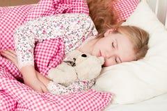 Ύπνος μικρών κοριτσιών στο σπορείο Στοκ εικόνα με δικαίωμα ελεύθερης χρήσης