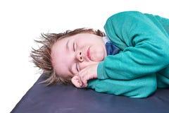 Ύπνος μικρών παιδιών με τα χέρια κάτω από το κεφάλι που απομονώνεται στο άσπρο υπόβαθρο Στοκ Φωτογραφίες