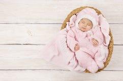 Ύπνος μωρών, νεογέννητος ύπνος παιδιών στο ρόδινο ιματισμό, νέο - γεννημένος Στοκ Εικόνες