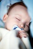 Ύπνος μωρών στο κρεβάτι Στοκ εικόνα με δικαίωμα ελεύθερης χρήσης