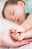 Ύπνος μωρών στο κρεβάτι Στοκ Φωτογραφίες