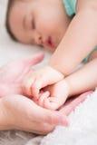 Ύπνος μωρών στο κρεβάτι Στοκ Εικόνες