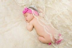 Ύπνος νεογέννητος με το εκλεκτής ποιότητας μαντίλι στοκ εικόνα